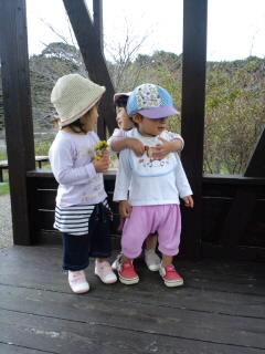 2歳児とせきの周りを散策